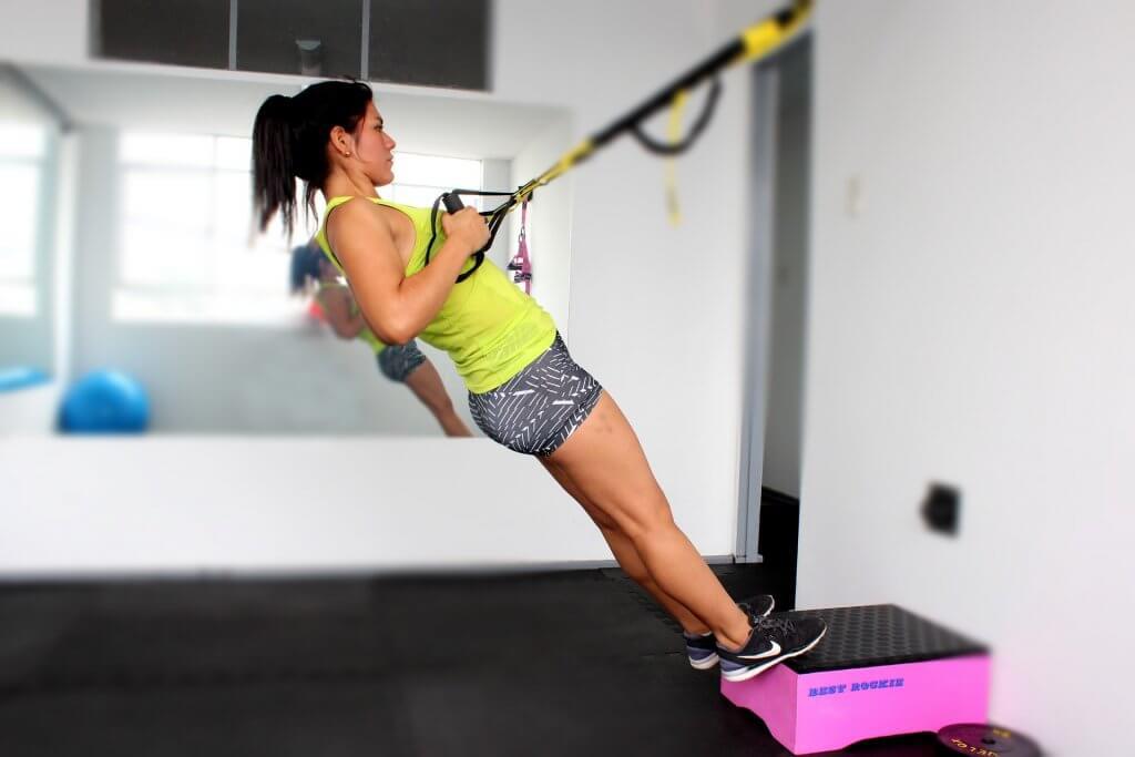 Mulher fazendo atividade física em academia